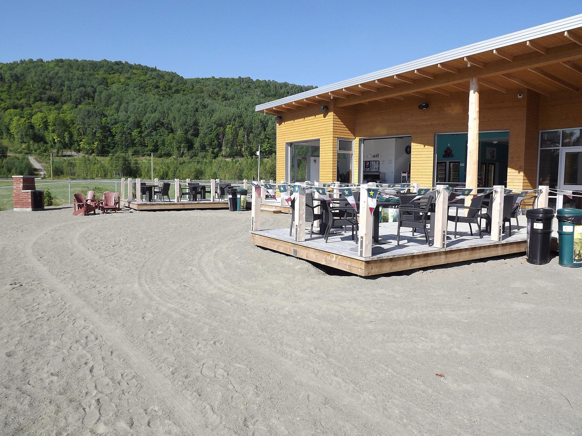 Accueil et terrasse de la plage du la Pohénégamook