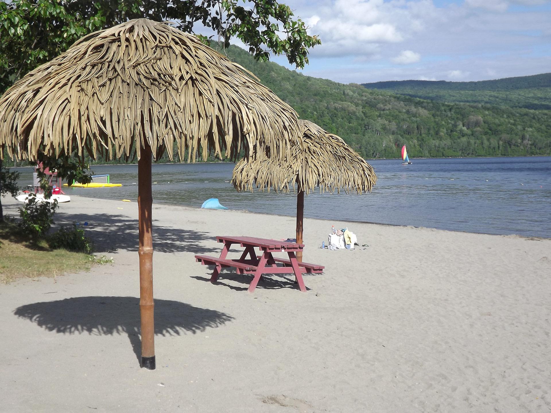 Palapas de la plage du lac Pohénégamook