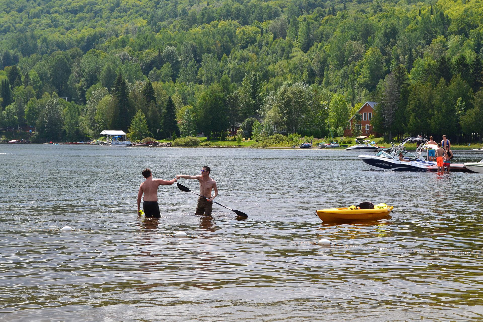 Kayakistes sur le lac Pohénégamook